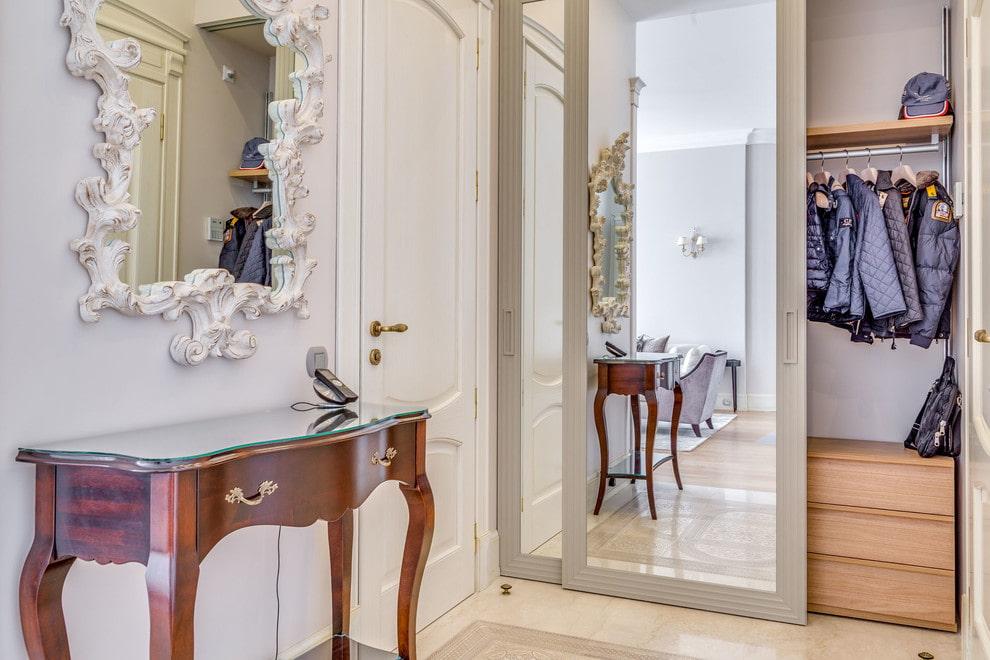 Armoire à miroir dans le couloir de style classique