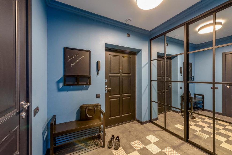 Portes miroir de l'armoire à l'intérieur du couloir