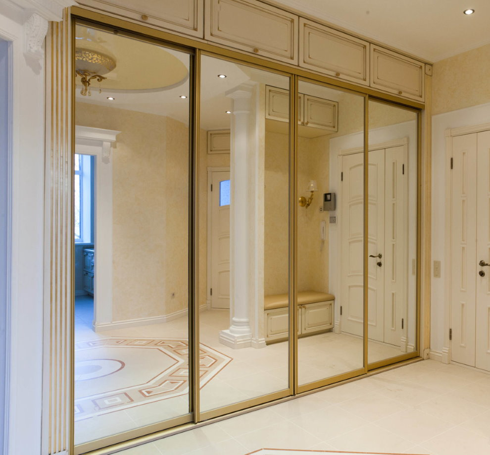 Armoire encastrée dans le couloir d'un style classique