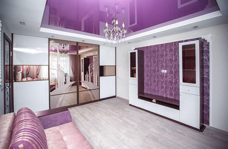 Armoire miroir dans le salon avec plafond tendu