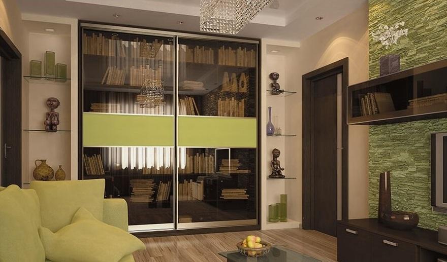 Rangement de livres dans une armoire coulissante avec portes vitrées