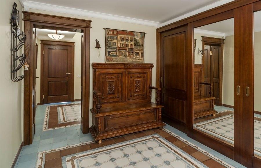 Meubles en bois dans le couloir d'une maison de campagne