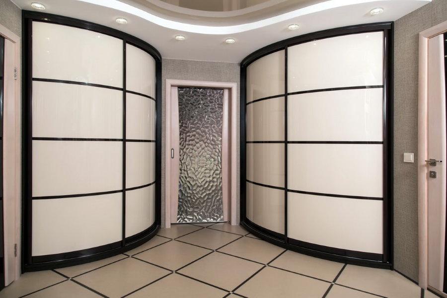 Hall d'entrée spacieux avec placards arrondis