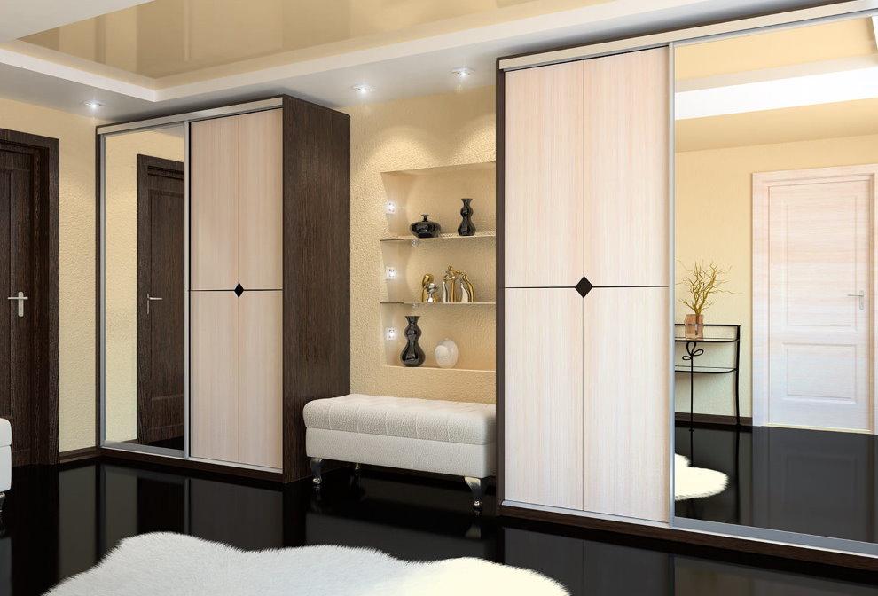 Banc-pouf entre deux armoires dans le couloir