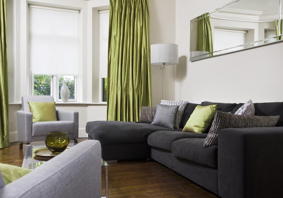 Rideaux verts dans le salon