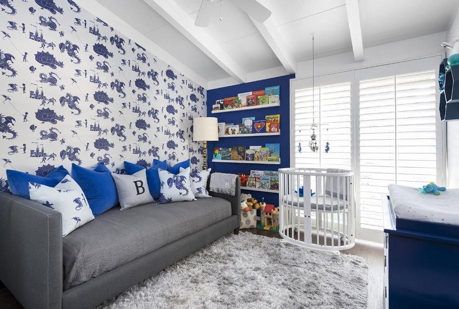 Papier peint bleu imprimé dans la chambre d'un garçon