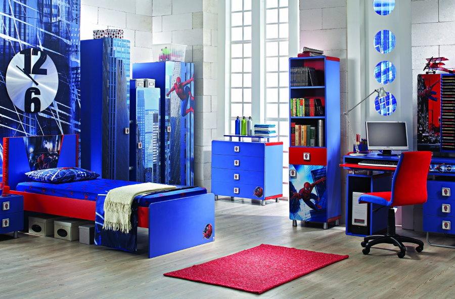 Mobilier bleu dans une chambre d'enfant
