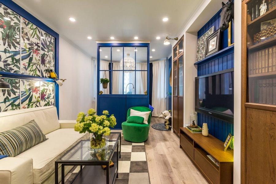 Cloison bleue dans un appartement de deux pièces