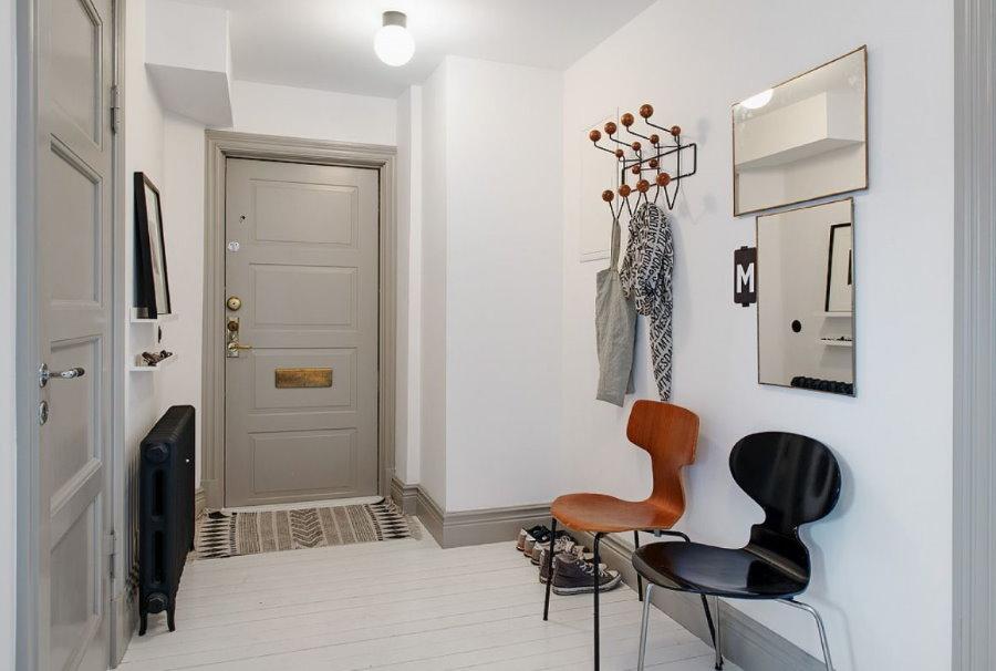 Murs blancs du couloir de style scandinave