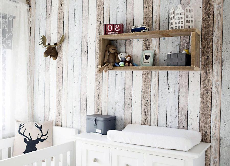 Étagère en bois sur le mur de la chambre pour bébé