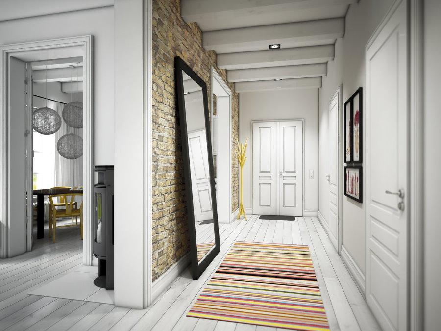 Miroir au sol dans un long couloir