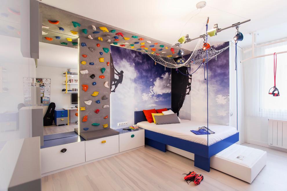 Mur d'escalade à l'intérieur d'une chambre d'enfant
