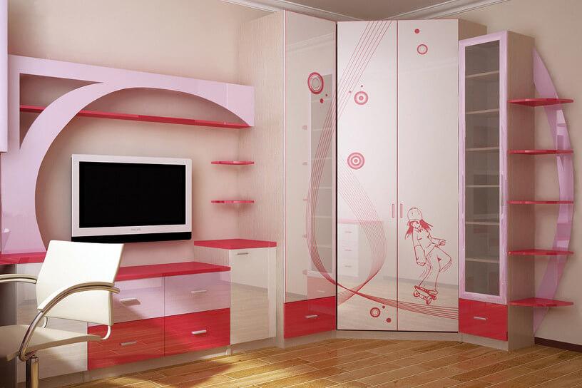 Mur avec un placard d'angle dans la chambre d'une adolescente