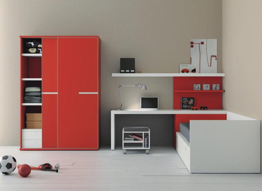 Armoire rouge dans le kit de mur d'angle