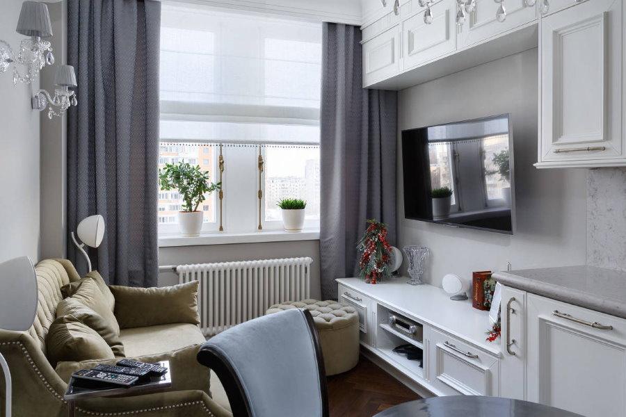 Salon confortable avec des rideaux gris sur la fenêtre.