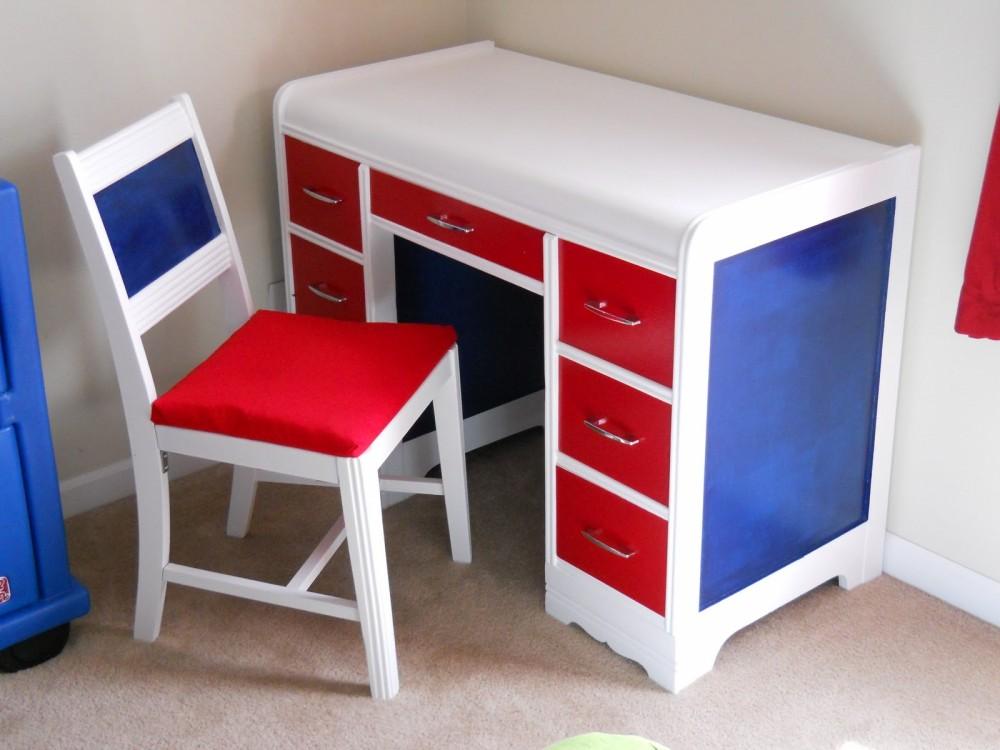Table tricolore dans la chambre du garçon