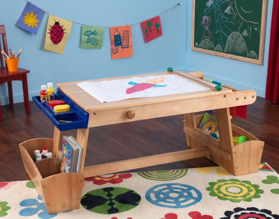 Table en bois pour enfant pour un enfant de trois ans