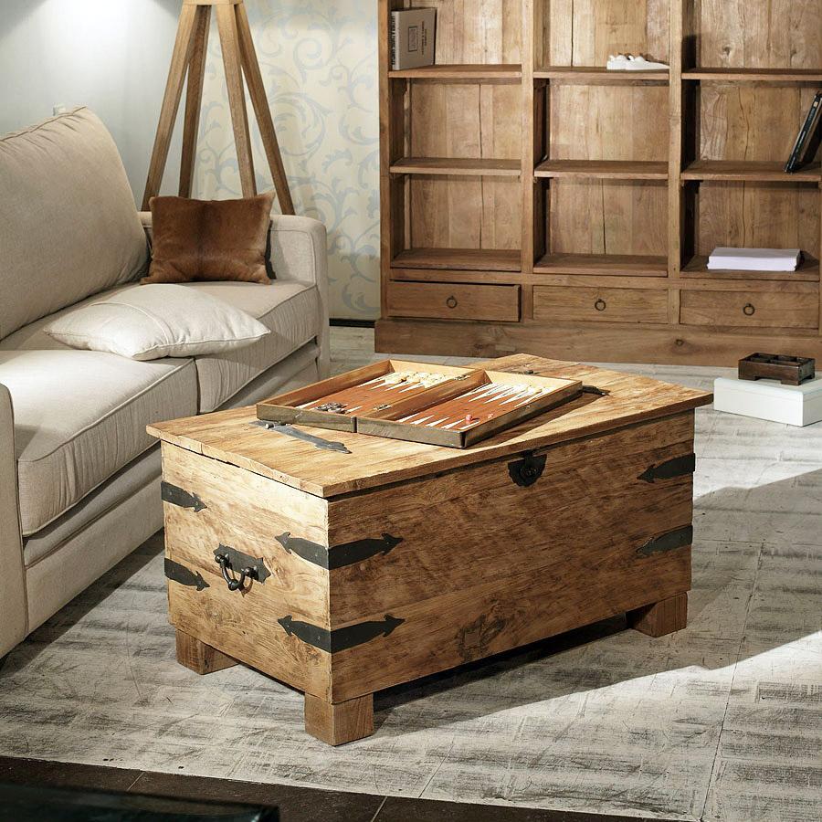 Boîte en bois au lieu d'une table basse dans le pays