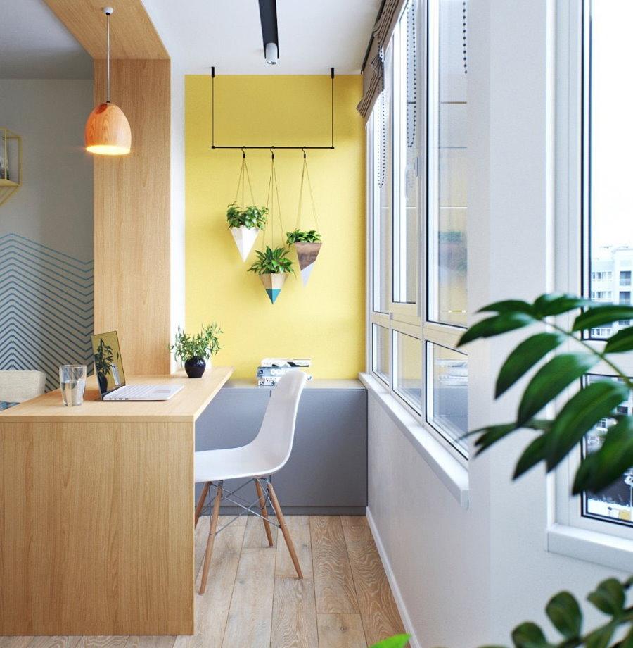 Une table confortable à la place du bloc de balcon dans la cuisine