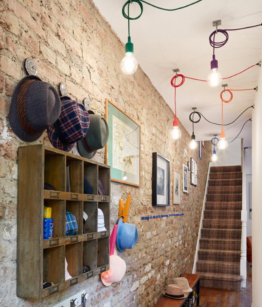 Ampoules ouvertes sur des fils multicolores dans le couloir
