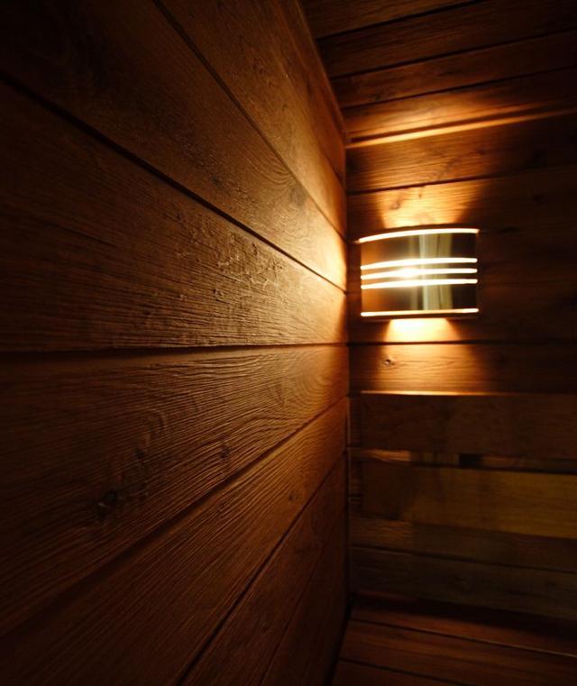 Lampe spéciale sur le mur en bois du sauna