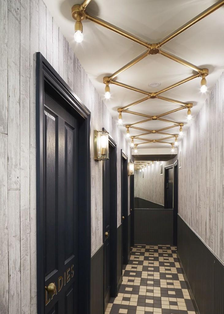 Éclairage inhabituel d'un couloir étroit
