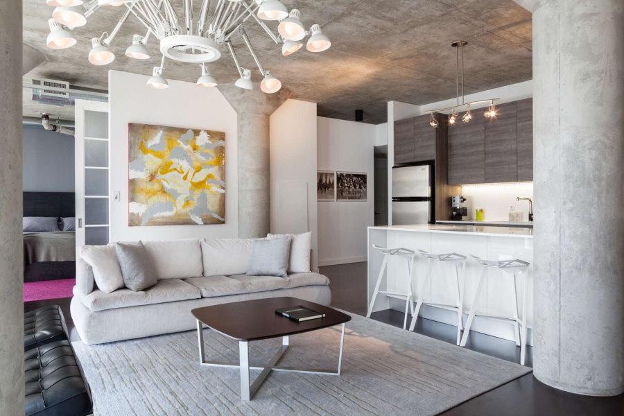 L'intérieur de la cuisine-salon dans un loft lumineux