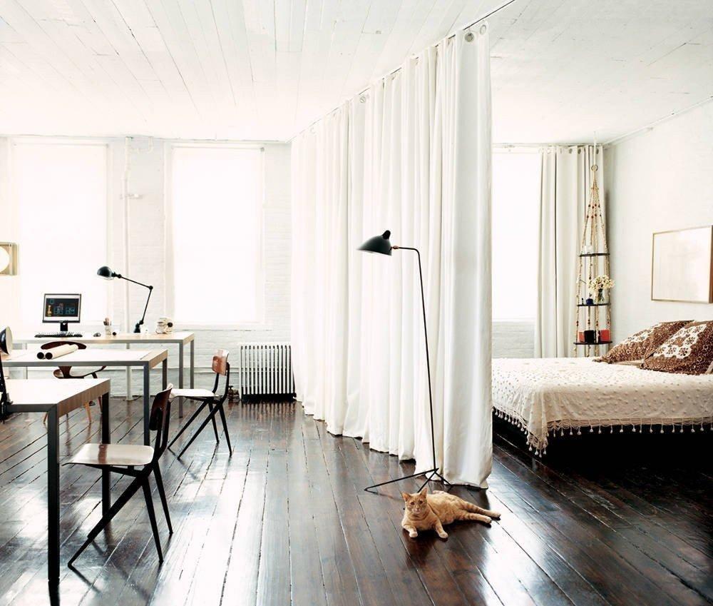 Rideau blanc au plafond de la chambre-salon