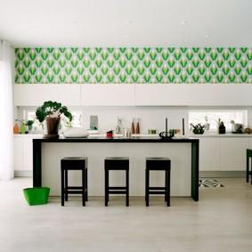 beau papier peint à l'intérieur de la cuisine