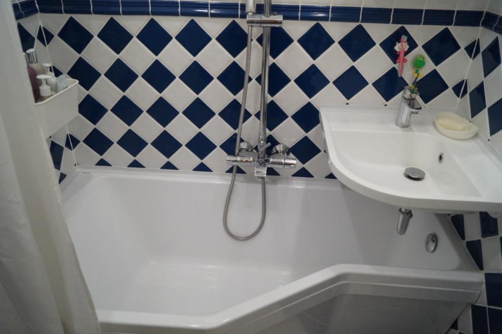 évier d'angle au-dessus de la salle de bain