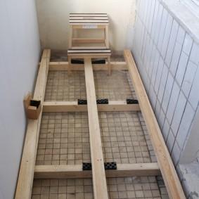 Le parquet du sauna sur le balcon