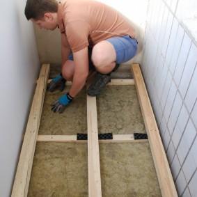 Isolation par vous-même du sol du balcon à l'aide de laine minérale