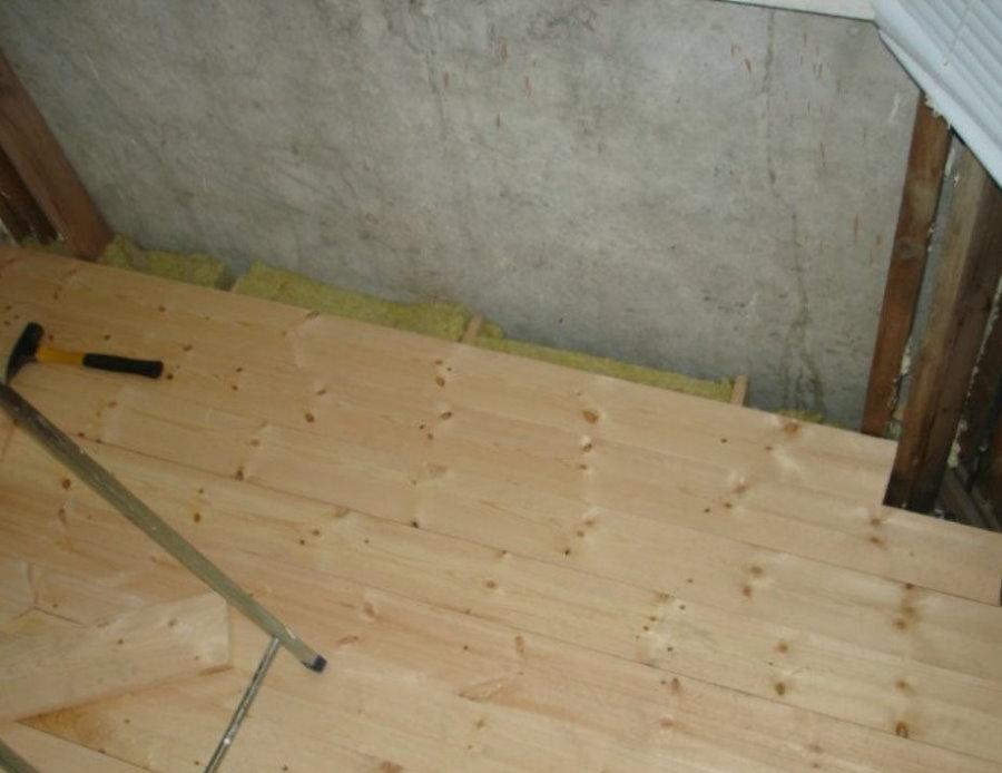 Doublure en pin au sol du futur sauna sur la loggia