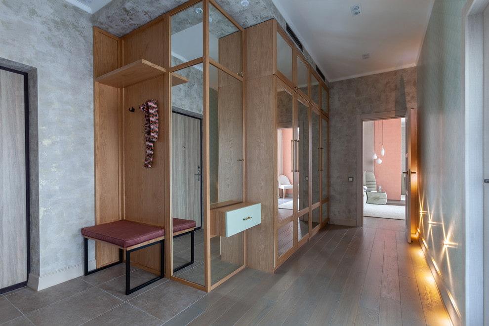 Placard en bois massif dans le hall d'entrée de l'appartement