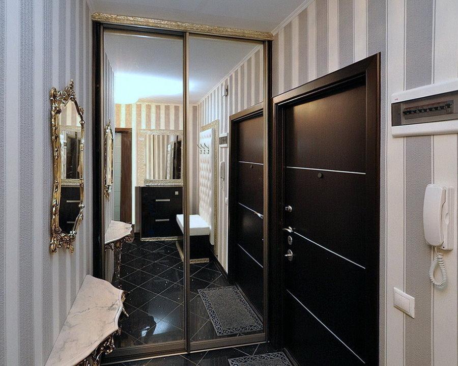 Armoire à miroir dans un petit couloir