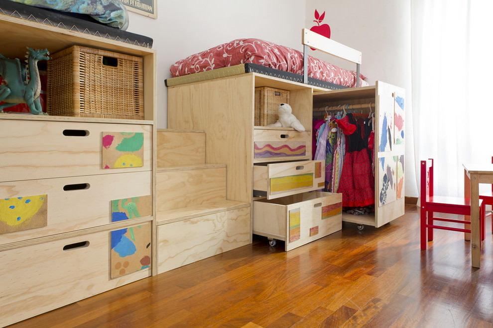 Meubles modulables en contreplaqué dans une chambre d'enfant