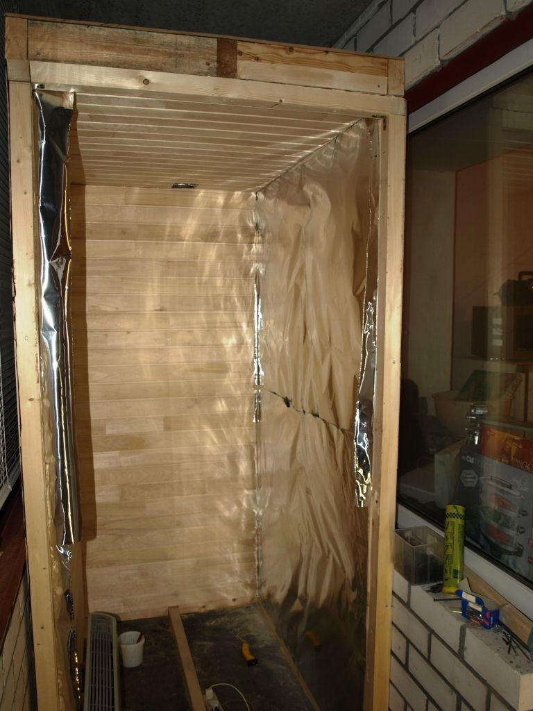 Feuille d'aluminium sur la paroi du sauna de la loggia