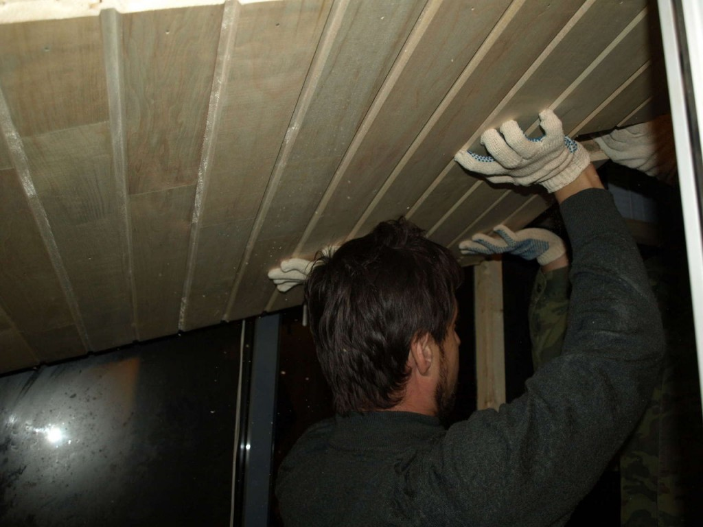 DIY fixant le bloc de plafond dans le sauna de l'appartement