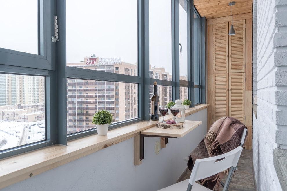 L'intérieur d'un balcon fermé dans un immeuble typique de neuf étages