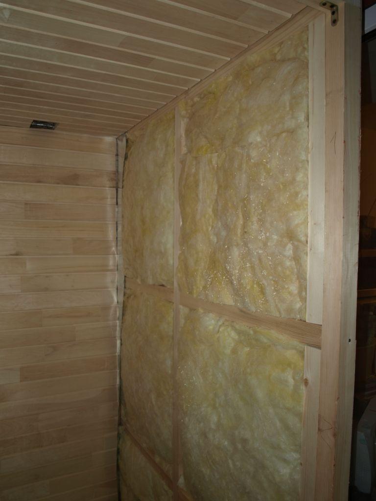 Tapis de laine minérale sur le mur du sauna du balcon