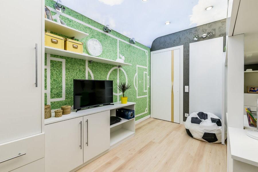 Terrain de football sur le papier peint dans la chambre du garçon