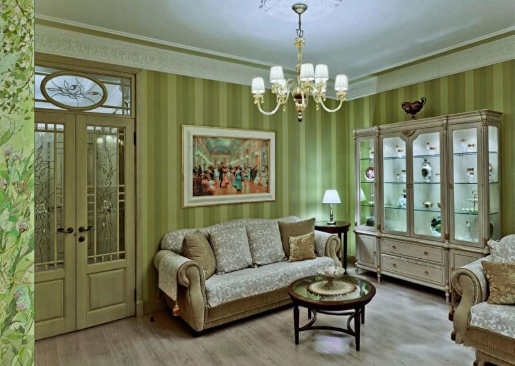 Papier peint vert dans un salon classique