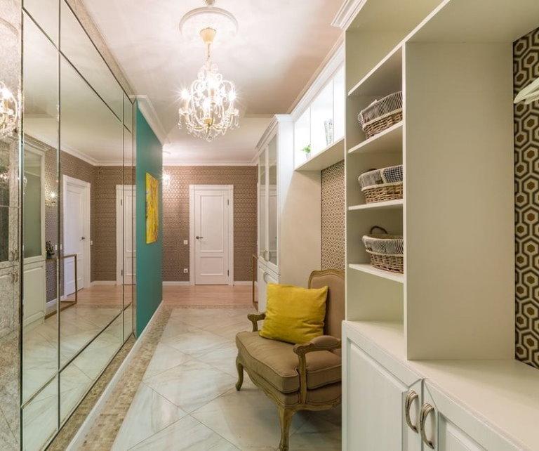 Mur miroir à l'intérieur du couloir