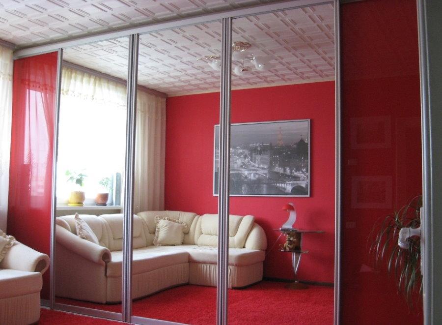 Armoire miroir dans le salon rouge