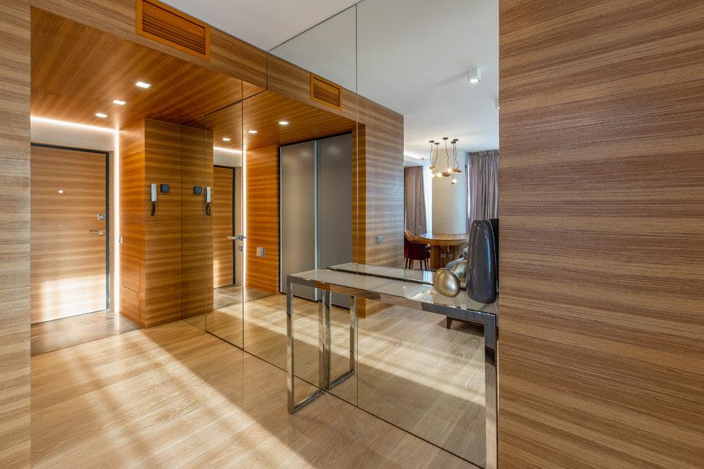 Petit hall d'entrée avec armoire miroir