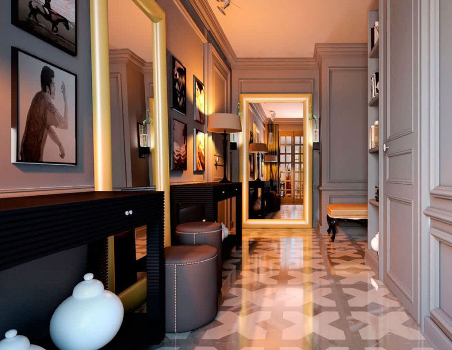 Grands miroirs au sol d'un couloir étroit
