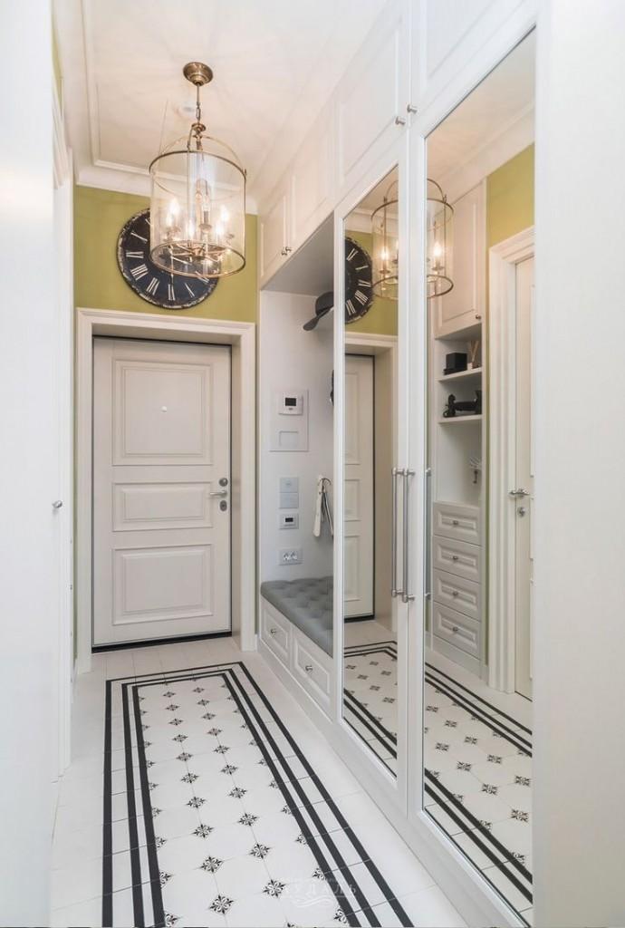 Un grand miroir à l'intérieur du couloir de l'appartement