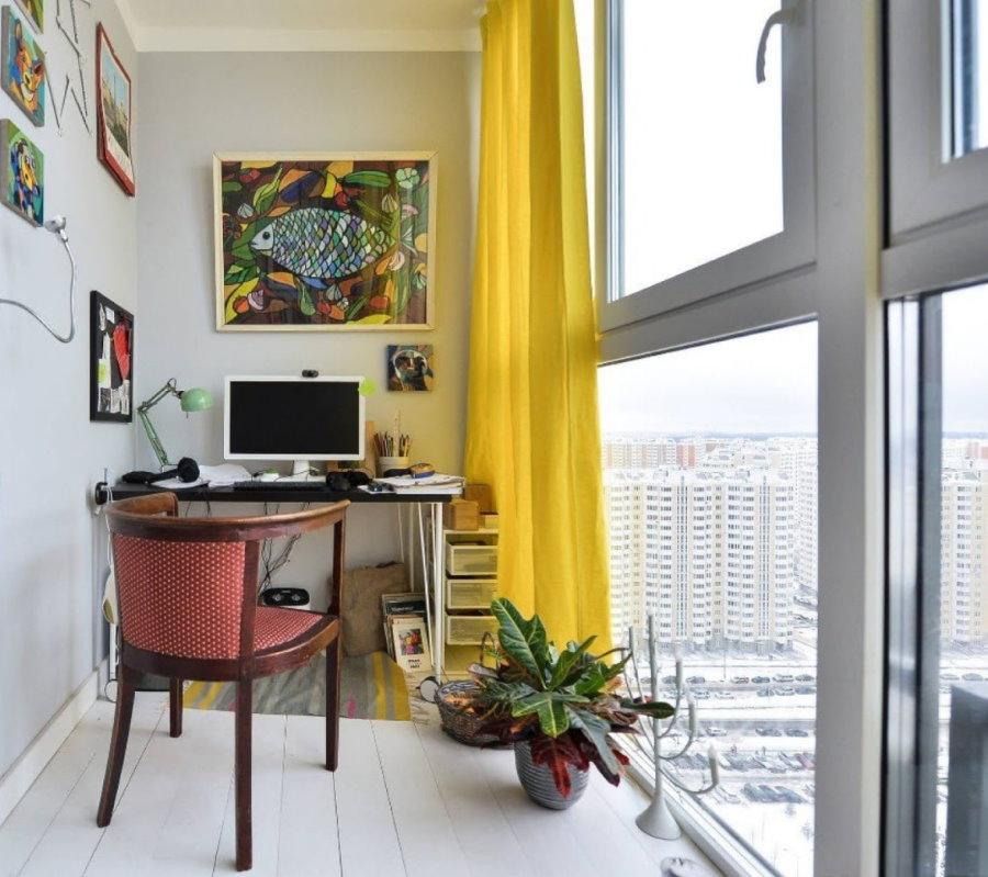 Rideau jaune sur une grande fenêtre de balcon
