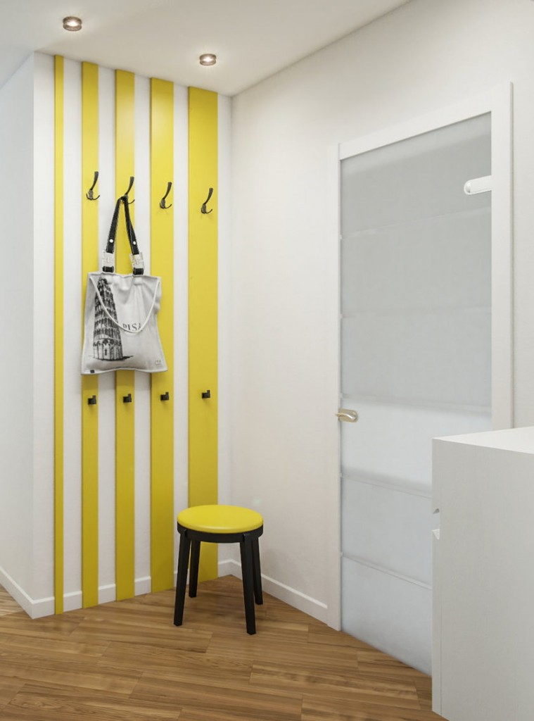 Cintre jaune sur le mur blanc du couloir