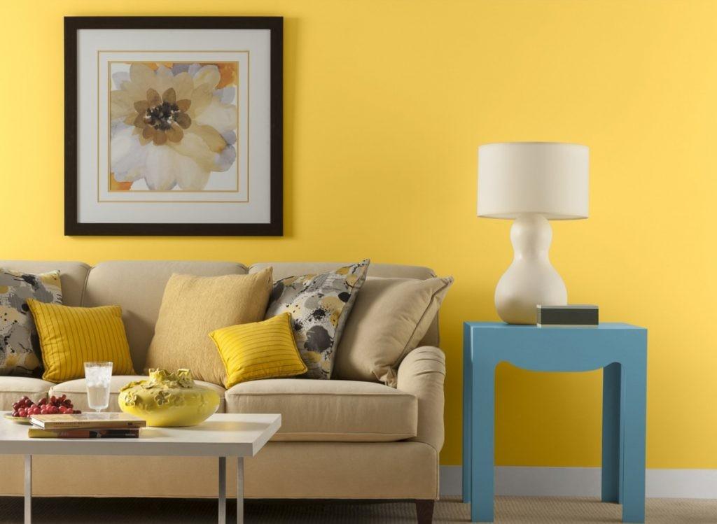 Canapé dans le salon avec papier peint jaune